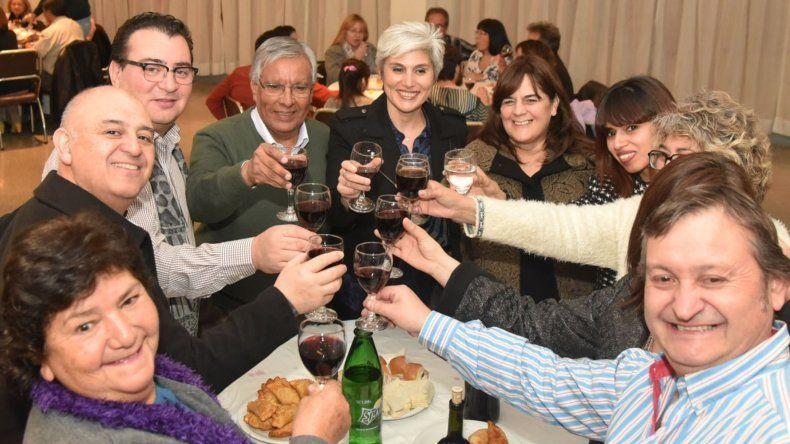 Residentes catamarqueños e invitados especiales compartieron un brindis por el doble festejo institucional.
