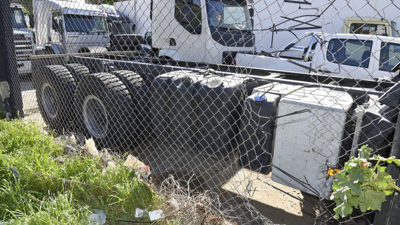 Los autores rompieron el tejido del alambrado del predio de Volvo para ingresar e intentar robar cubiertas.
