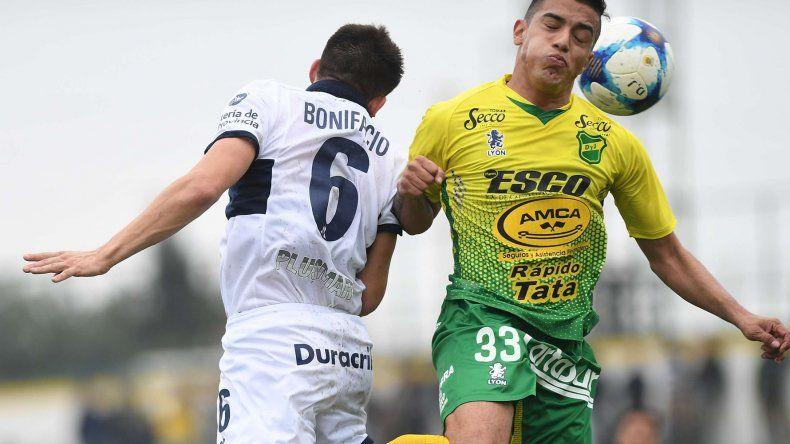 Loenel Miranda de Defensa y Justicia lucha en lo alto con Ezequiel Bonifacio en el gran partido jugado en Florencio Varela.