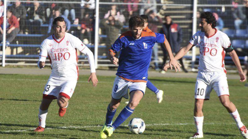 Pasquale intenta desequilibrar entre Calfú y Bustos. El partido pudo haber sido para cualquiera de los dos