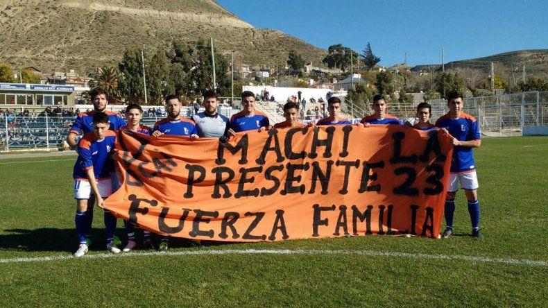 Los jugadores de la CAI y la bandera para recordar al hincha fallecido una semana atrás.