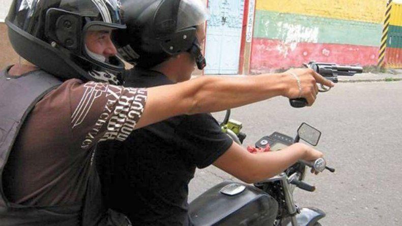Tres motochorros le pegaron un tiro para robarle el teléfono
