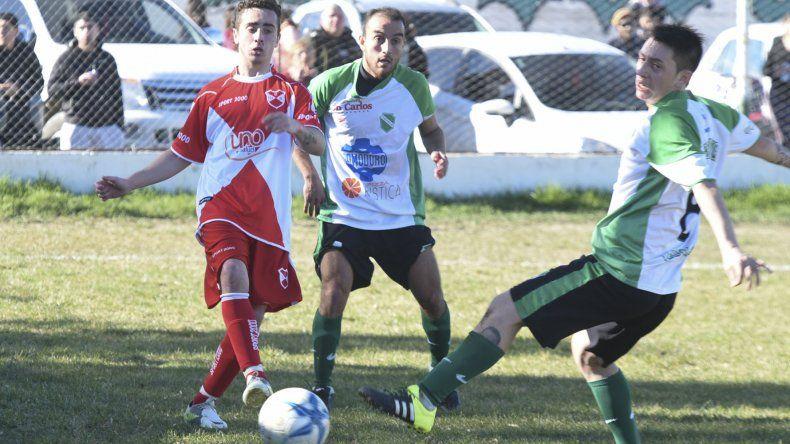 Deportivo Sarmiento se llevó ayer de cancha de Petroquímica un valioso punto que le permite seguir en el tercer lugar del torneo Inicial A.