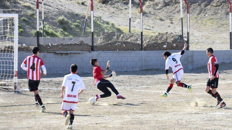 Franco Antignir marca el segundo de los cinco goles con los cuales Ameghino sumó su primera victoria.
