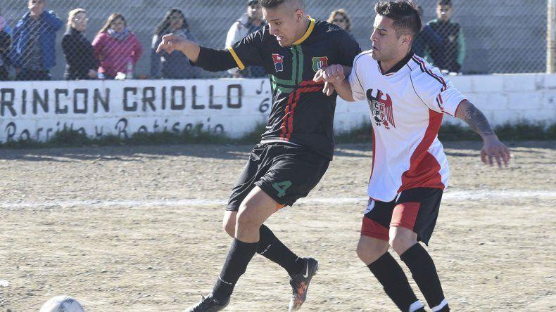 Cristian Pacheco obliga a Carlos Pérez para despejar afuera la pelota. El delantero hizo el único gol de la tarde dominguera.