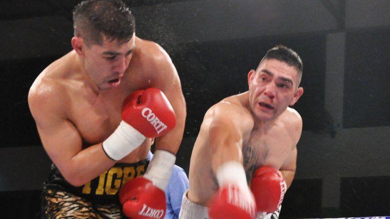 Ricardo Villalba intenta poner una derecha sobre el cuerpo de Héctor Saldivia en el combate de fondo realizado en Hurlimgham.