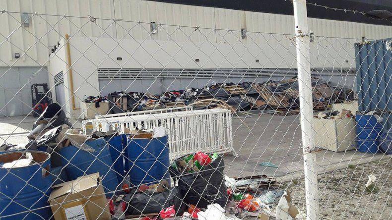 Las bolsas con ropas para donar aparecieron destruidas en el exterior del Predio Ferial.