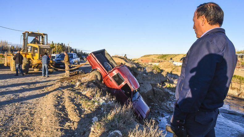 La camioneta cayó de punta adentro del zanjón natural que se agrandó durante el temporal.