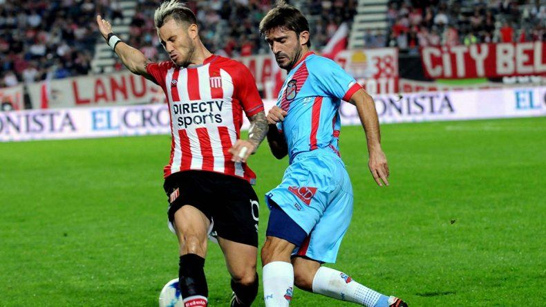 Emiliano Papa disputa el balón con Gastón Fernández en el partido jugado anoche en La Plata.