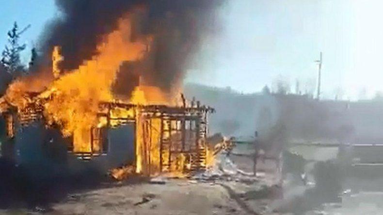 Impresionante incendio consumió en segundos una vivienda