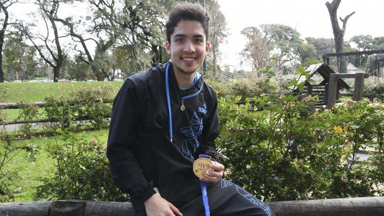 Matías Sánchez con la medalla de campeón del mundo Sub 23 que logró con la selección argentina en El Cairo.