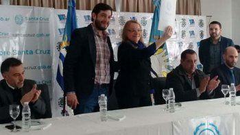 En el acto celebrado en la Hostería Municipal de Perito Moreno, la gobernadora recibió de manos del intendente el decreto por el cual se la declaró visita de honor.