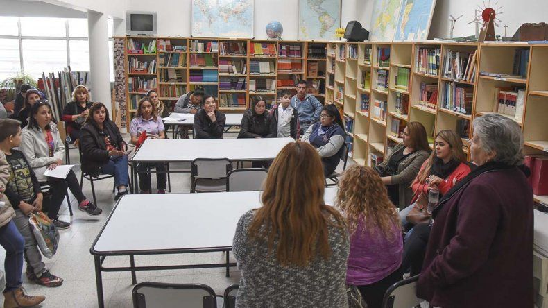 Los padres de la Escuela 743 mantuvieron una reunión ayer con la supervisora Adriana Di Sarli y el delegado del Ministerio de Educación.