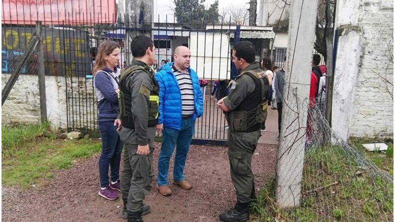 Los efectivos de Gendarmería en la puerta del colegio.