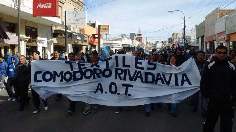 Los extrabajadores de Guilford volvieron a manifestarse en pedido de fuentes laborales y jubilaciones anticipadas.