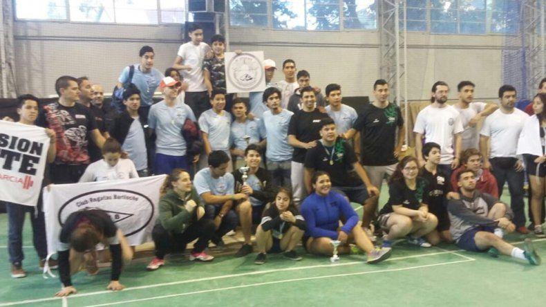 Todos los participantes que compitieron en el torneo patagónico de levantamiento olímpico de pesas.