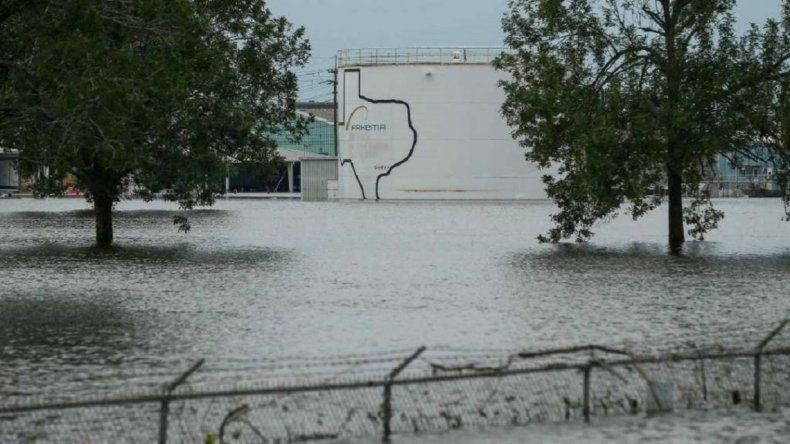 Explotó una planta química que quedó dañada por el huracán Harvey