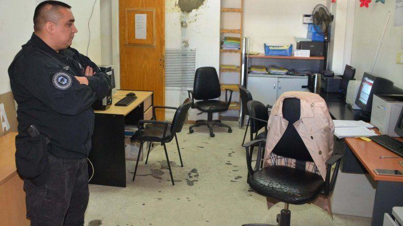 La presencia de efectivos y de un patrullero de la Policía Federal en el acceso al edificio central de la municipalidad de Caleta Olivia puso en evidencia el allanamiento ordenado por la jueza Marta Yáñez.
