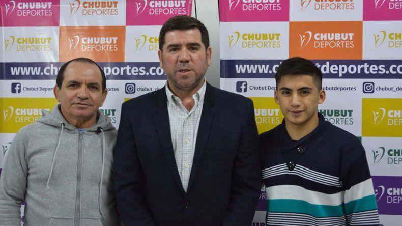 El joven luchador David Almendra junto a su entrenador Arévalo Medina y Walter Ñonquepán
