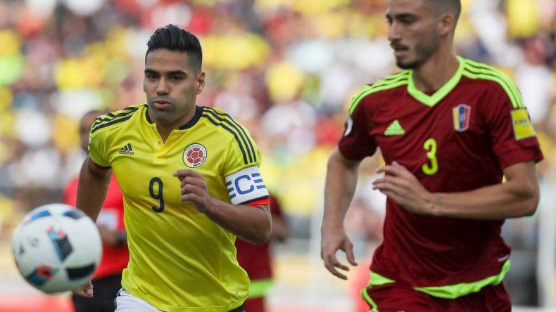 Radamel Falcao disputa el balón con Mikel Villanueva en una acción de juego del partido jugado ayer en San Cristóbal.