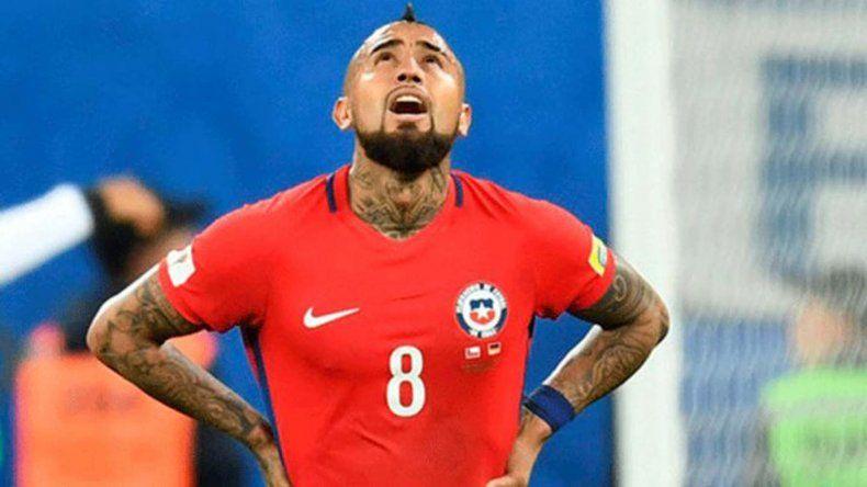 Arturo Vidal no puede creer el gol que le metió a su arquero Claudio Bravo anoche en el partido jugado en Santiago de Chile.