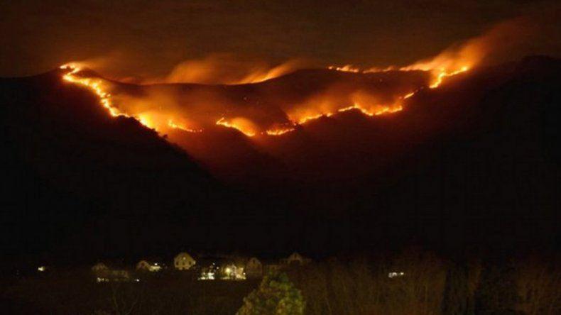 Un incendio forestal arrasa los cerros en Santa María de Punilla