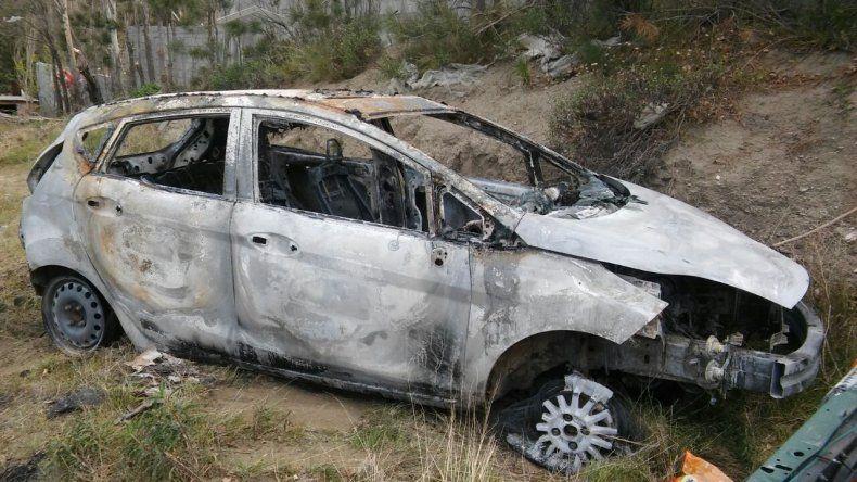 Le rompieron el parabrisas de un piedrazo para robarle el auto