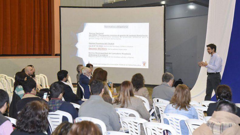 El Colegio Perito Moreno celebró 70 años con una capacitación docente que reunió a 240 profesionales.