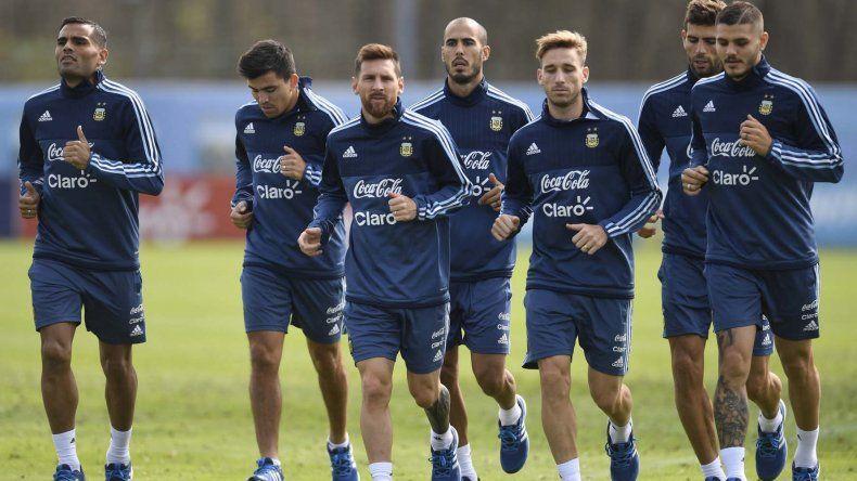 La selección argentina reanudó ayer en Ezeiza sus trabajos ahora con la mente puesta en el partido del martes ante Venezuela en el Monumental.
