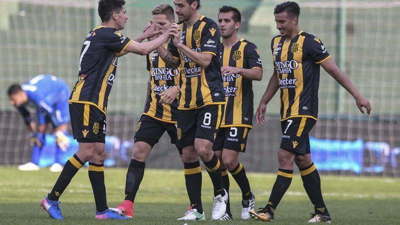 Tomás Costa festeja con sus compañeros el segundo gol de Olimpo ayer frente a Racing en la cancha de Banfield.