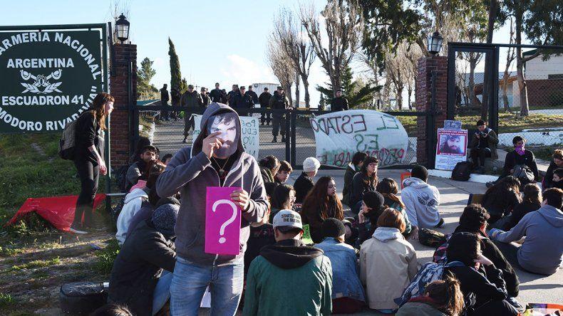 La comunidad universitaria decidió llevar su protesta hasta el Escuadrón 41 de Gendarmería Nacional.Se realizó una intervención artística en la puerta del predio.
