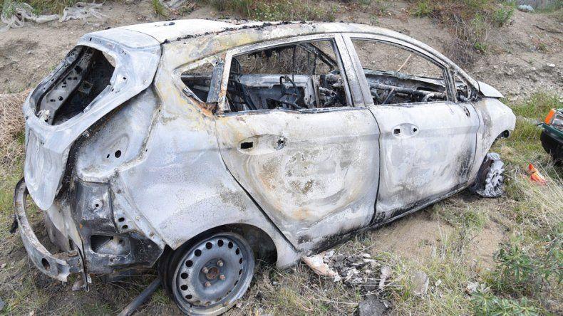 Encapuchados le robaron el auto  y después se lo prendieron fuego