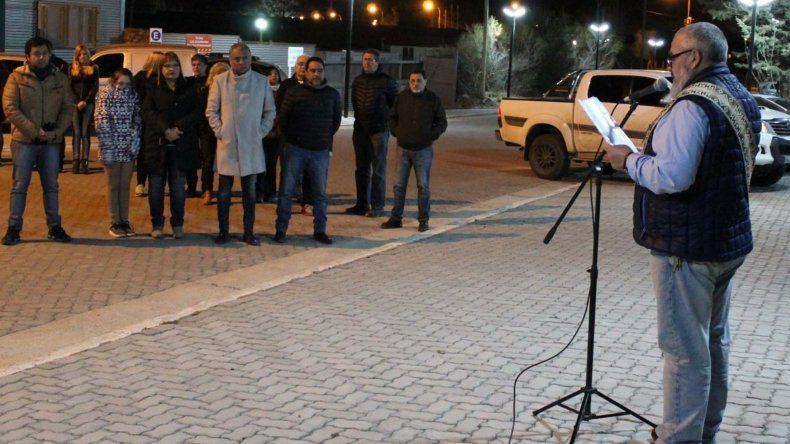 El diácono Mario Sosa bendijo las obras de pavimento intertrabado e iluminación de la calle Pioneros Petroleros.