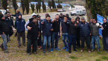 La protesta de trabajadores de la empresa Vientos del Sur, acompañados por dirigentes gremiales, se realizó en uno de los accesos a las oficinas administrativas de YPF.
