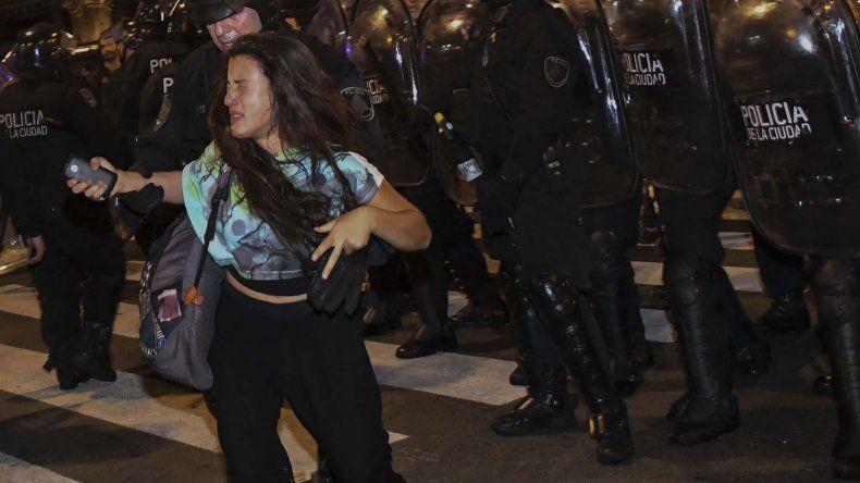 Una manifestante es detenida en medio de la represión policial que se produjo luego de la marcha de la noche del viernes en Plaza de Mayo.