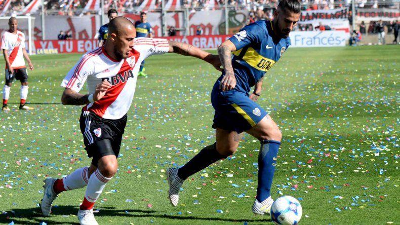 Oscar Benitez se lleva el balón ante la marca de Jonathan Maidana.