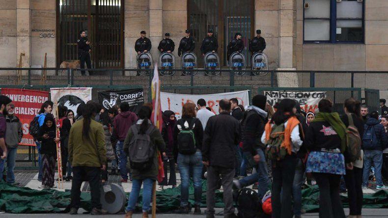La presencia de manifestantes en el exterior de los tribunales federales de Comodoro Py ayer por la tarde.