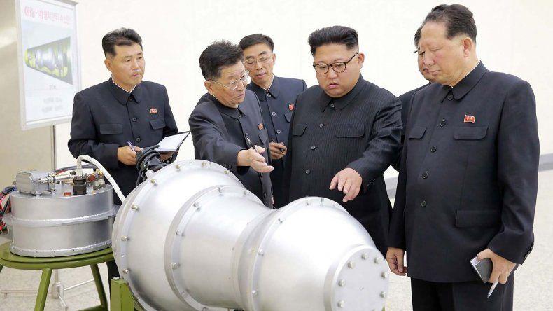 Kim Jong-un supervisa el ensamblaje de un misil.