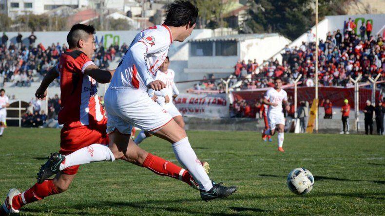 Huracán y Olimpia protagonizaron un partido intenso en Caleta Olivia.