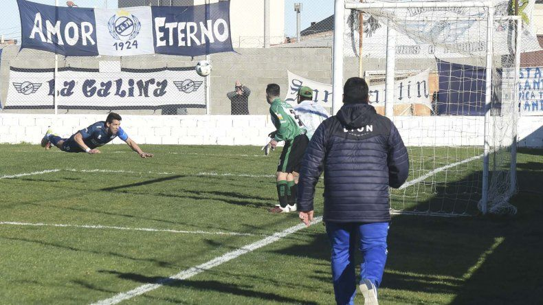 Mauro Villegas se tira de palomita para marcar el 2 a 1 ante Estrella Norte en un partido que finalizó con goleada para Newbery.