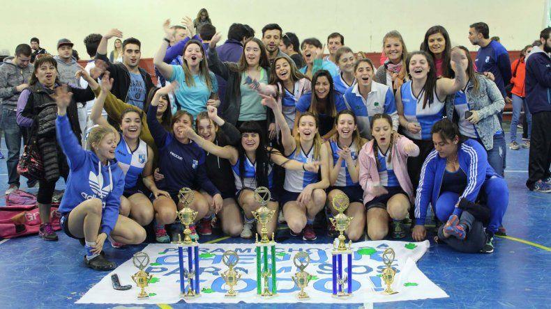 Las chicas de Chenque RC celebran el título en Primera Damas.