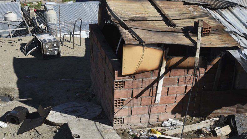 La precaria vivienda que se incendió ayer a la madrugada en el barrio San Cayetano.