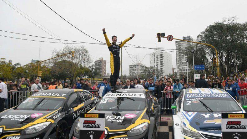 El piloto Facundo Ardusso festeja arriba de su auto el doble triunfo que logró en el Callejero de Santa Fe.