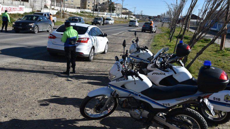 Personal de la División Tránsito Policial que arribó desde Río Gallegos se apostó a media mañana de ayer en el acceso sur para realizar un intenso control de vehículos y conductores.