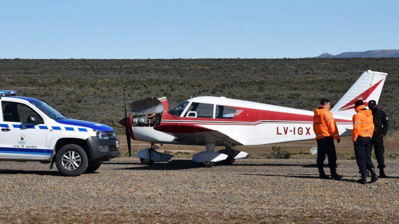 La autovía en construcción se convirtió en una improvisada pista para el aterrizaje de emergencia de la pequeña aeronave que no sufrió daños en su estructura.