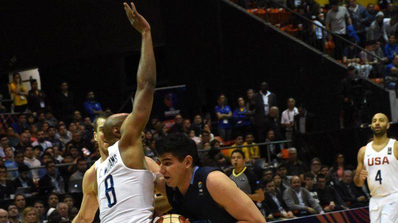 El ala pivote Gabriel Deck ataca al canasto marcado por Reginald Williams en la final jugada el domingo en el Orfeo de Córdoba.