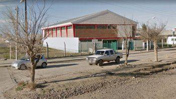 El ataque a la docente se produjo en la Escuela 209, ubicada en avenida Polonia y Pieragnoli.