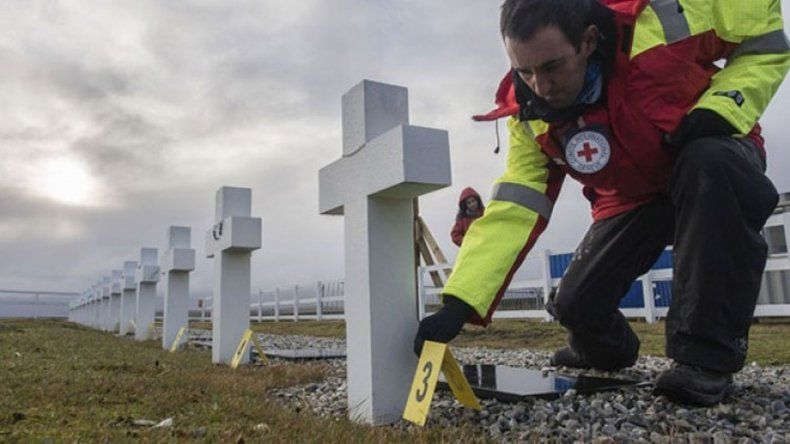 La Cruz Roja informó que exhumó 121 tumbas en Malvinas