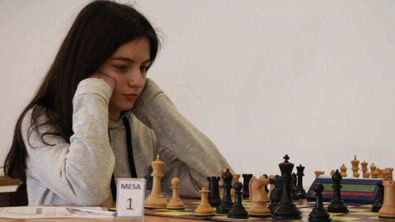 Una de las participantes en plena partida de ajedrez de los Juegos Evita.