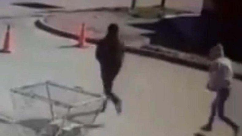 Una cámara de video captó a los dos delincuentes que huyeron a toda carrera. El que iba atrás llevaba el bolso que arrebataron a la joven.